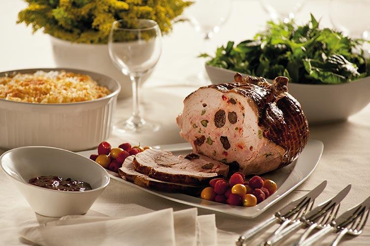 ¿Con qué se acompaña el pavo relleno en un menú gourmet?